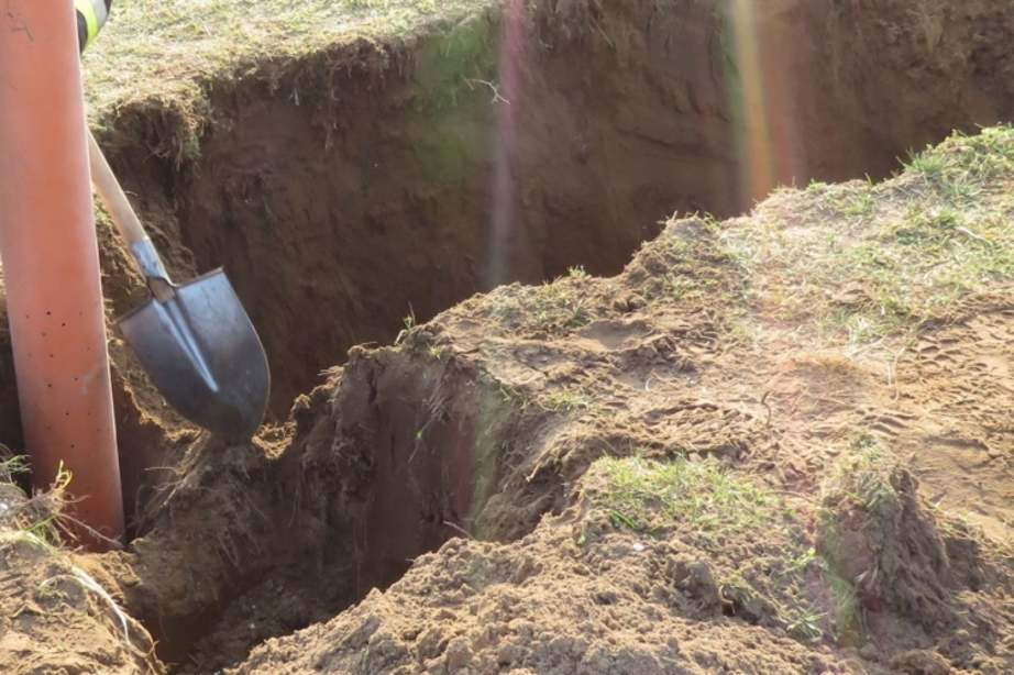 Kútba esett és meghalt egy 3 éves kisfiú, a tragédia egy hétvégi telek udvarán történt