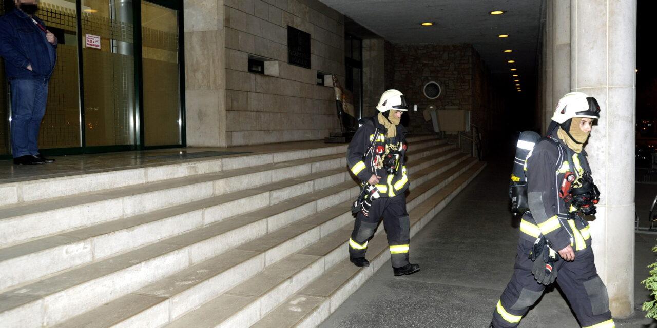 A jobbikos szakértő kezében robbant egy füstgránát az Országgyűlés Irodaházában – Most rongálás miatt indult eljárás