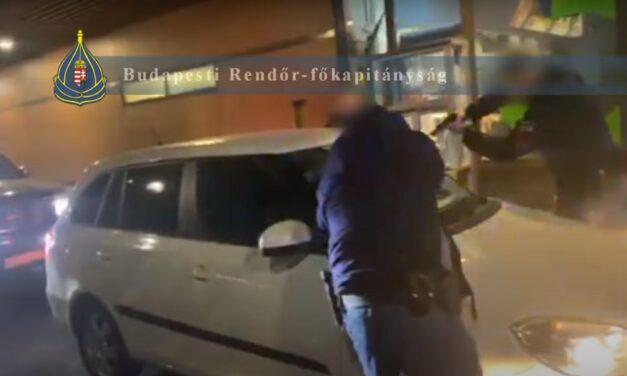 Rendőrkézen a fóti drogdíler: fél kiló tiltott árut és lőszereket foglaltak le – videó