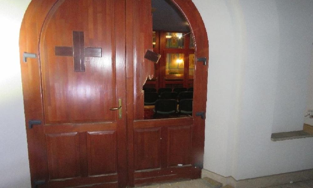 Elfogták a rendőrök a keresztényellenes, őrjöngő férfit, aki a gödöllői templomban gyújtogatott és festékezte össze a kegytárgyakat