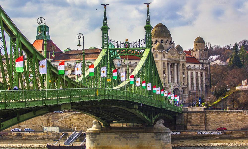 """""""A fővárosi Fidesz frakció azért nem látta az ünnepi zászlókat Budapesten mert Dubajban tölthette a hétvégét Andival és Lölővel"""" – írja Karácsony Gergely"""
