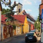 Kerékbilincset raknak a szabálytalanul parkoló autókra Szentendrén, drága lehet a parkolás