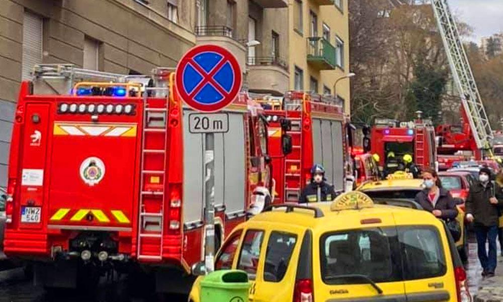 Lakástűz a 12. kerületben, súlyosan sérült lakót hoztak ki a mentők az épületből