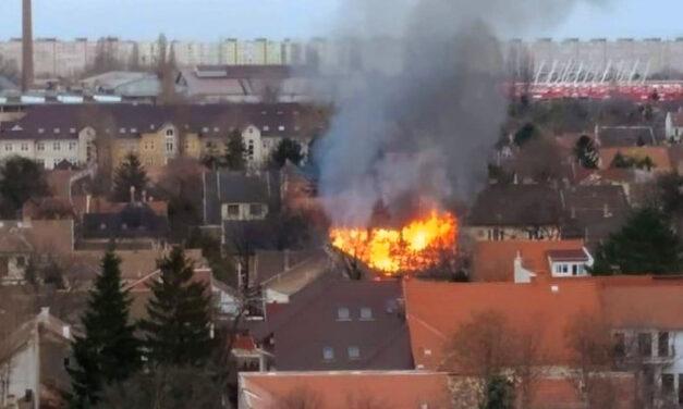 Óriási lángokkal égett egy családi ház Kispesten, a környező házak is veszélyben voltak
