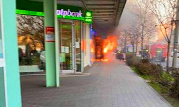 Felrobbant egy kebabos Csepelen, óriási lángokkal ég az OTP melletti üzlet