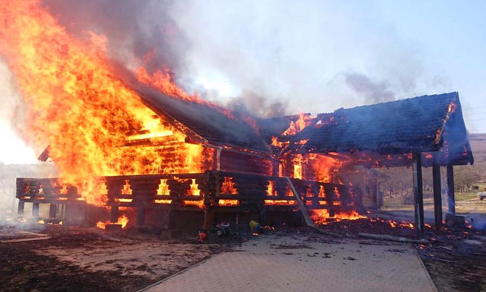 Porrá égett egy rönkház az agglomerációban, életveszélyesek a fából készült családi házak?