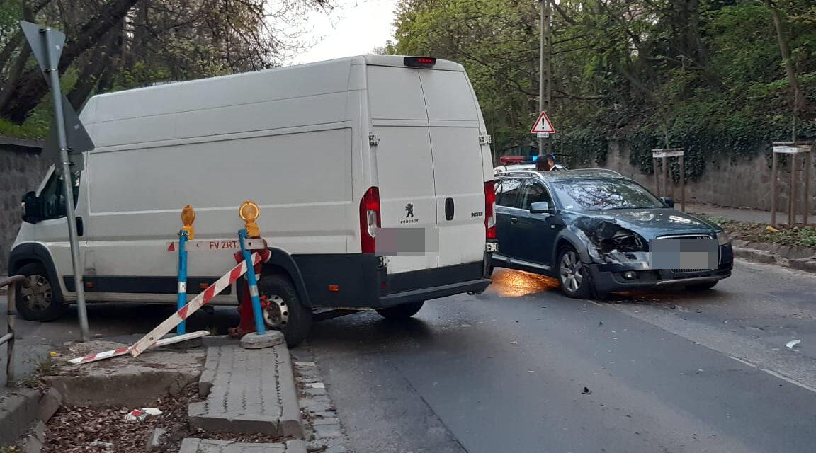 Beletolatott egy autóba ez a furgon a 2. kerületben – Az Audiban egy család utazott – Fotók a helyszínről