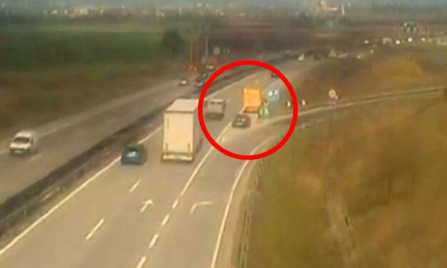 Padlógázzal csapódott bele az össze-vissza előző autós az M0-án a Magyar Közút járművébe