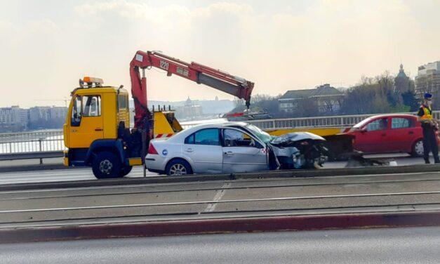 Oszlopnak ütközött egy autós az Árpád hídon: Pest felé torlódásra kell számítani – fotók