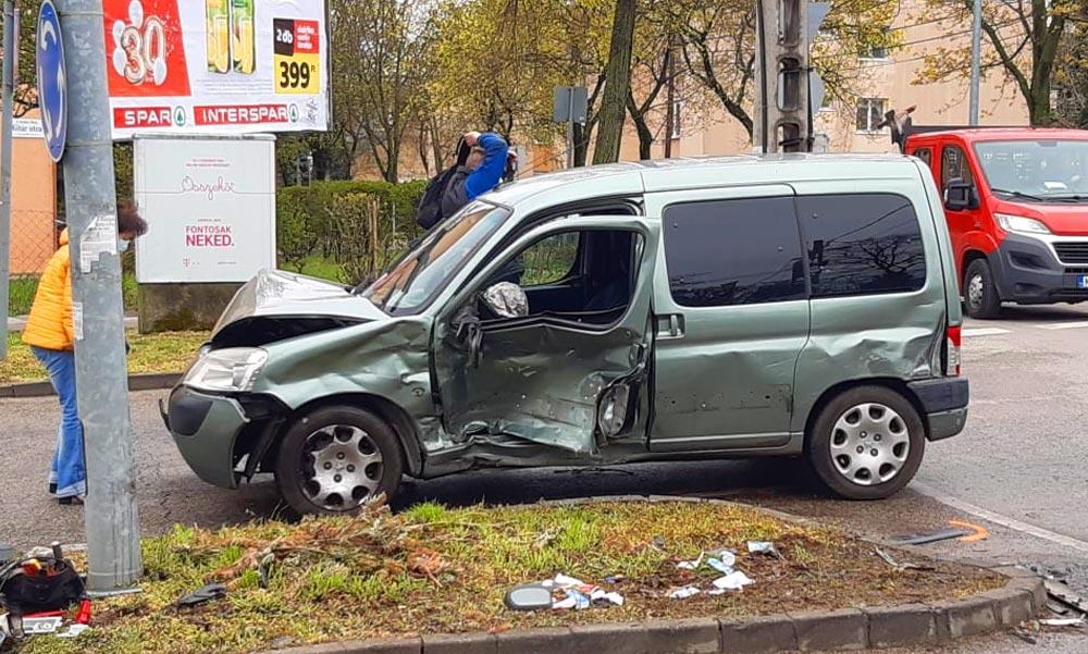 Fékezés nélkül berongyolt a BMW a körforgalomba, letarolta egy hölgy autóját, robbantak a légzsákok