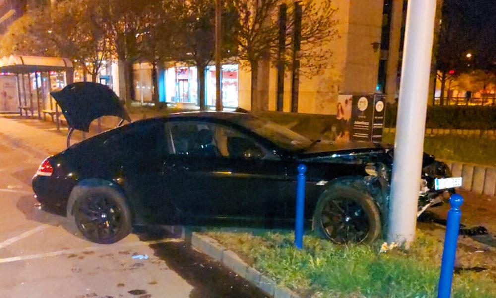 Villanyoszlopnak csapódott a luxus BMW a Váci úton, a sofőr azonnal lelépett, keresi a rendőrség