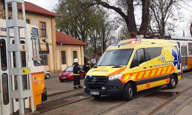 Pont akkor lett rosszul a férfi, amikor a villamos érkezet, a kocsik közé zuhant, tűzoltók emelték ki