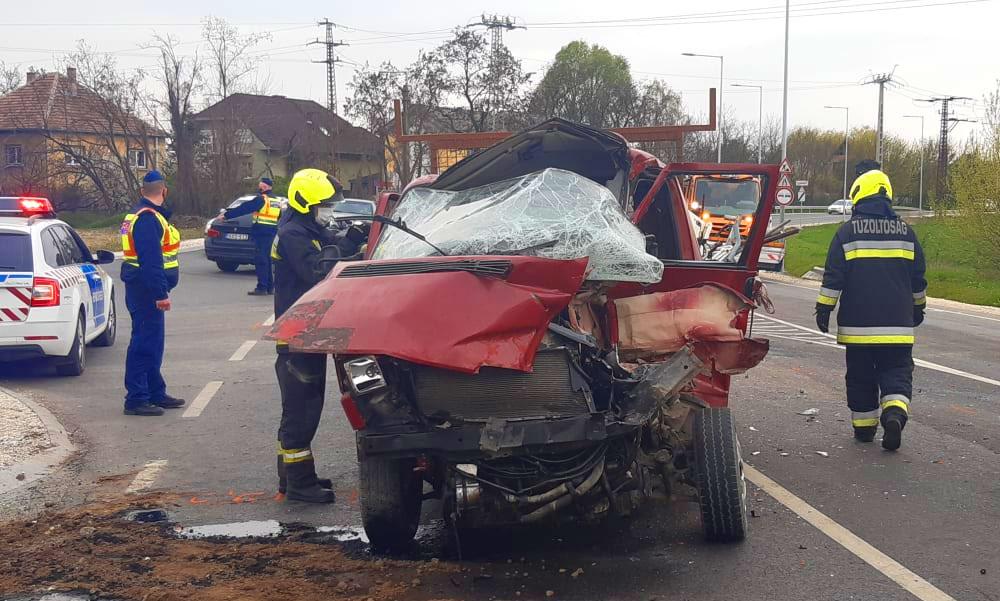 Durva baleset az elkerülőn, sok tonnás darusautóval ütközött a furgon, feszítővágóval tudták csak kiszedni a sofőrt