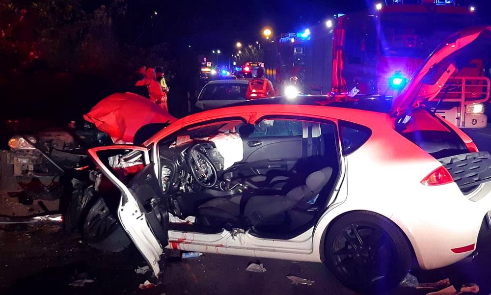 Széttrancsírozta a luxus Mercedes a Seatot, egy gyermek is megsérült a balesetben, a sofőrt feszítővágóval szedték ki