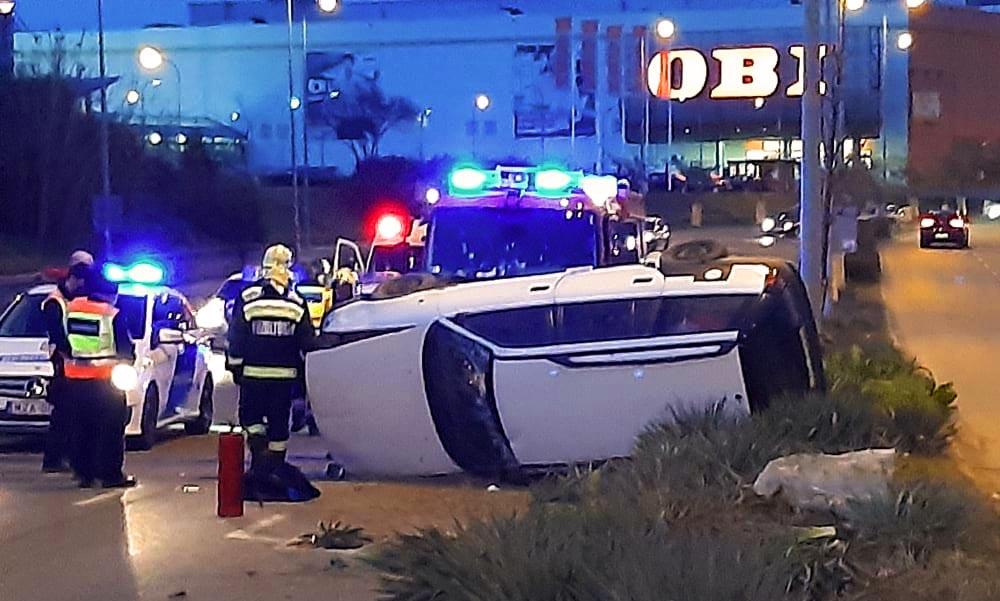 Rátámadt a rendőrökre a balesetet szenvedett férfi, a mentőben is balhézott, megbilincselve vitték kórházba