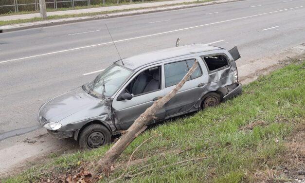 Hatalmas sebességgel érkezett majd a HÉV sínekre borult egy autó Csepelen – Egy gyerek is utazott az autóban – Fotók a helyszínről