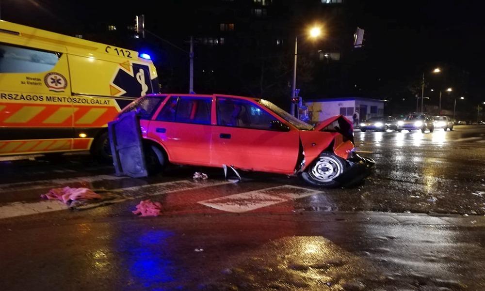 Csúszós utak miatt belerohant a menetrend szerinti buszba egy autós Újpalotán