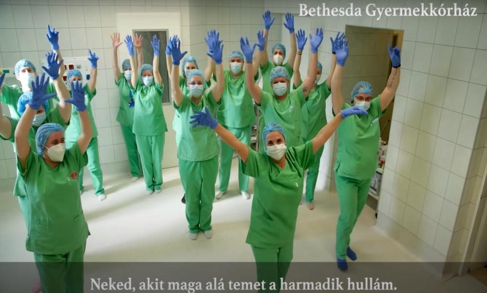 Tánccal küldik a reményt a Bethesda Gyermekkórház dolgozói – Videó
