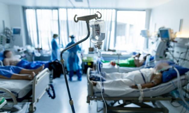 Látogatási tilalmat rendeltek el a Semmelweis Egyetem 5 klinikáján, közben a kormány az október 23-i rendezvények idejére feloldotta a járványügyi intézkedéseket