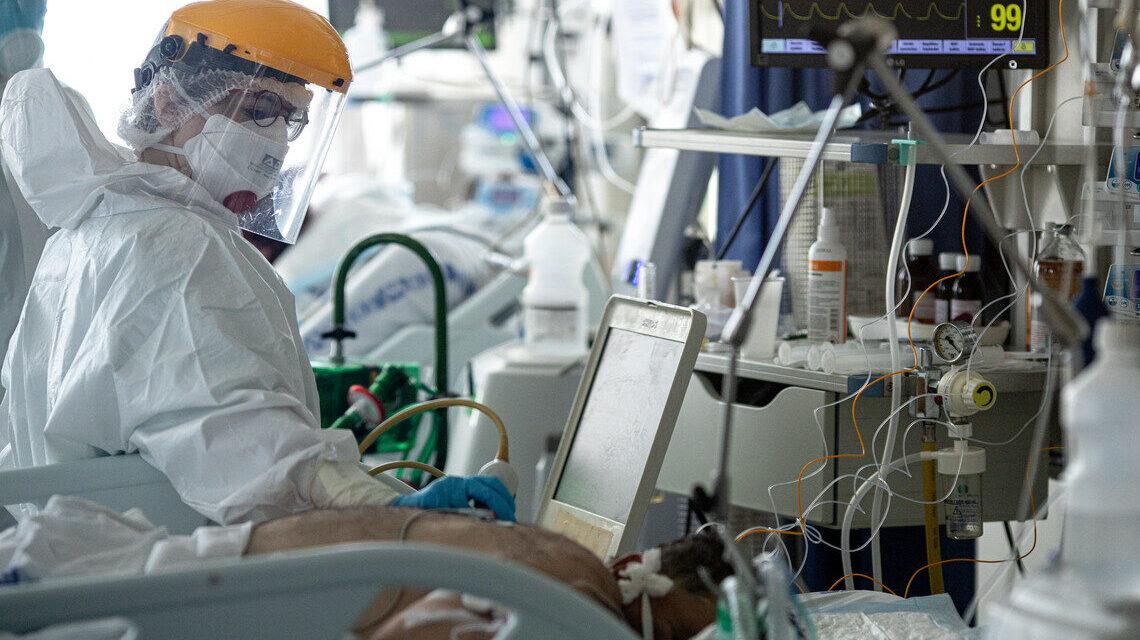 Koronavírus: 291-en haltak meg vasárnap a fertőzés miatt, a szakember szerint nem szabad téves biztonságérzetet nyújtania az embereknek