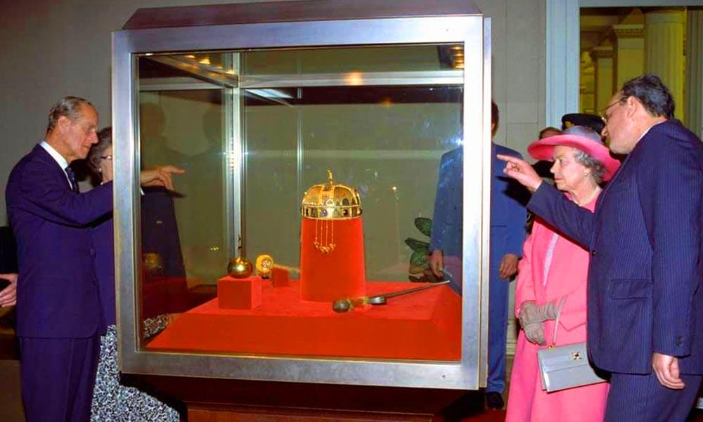 A magyar koronát is alaposan megnézte Budapesten II. Erzsébet királynő és a pénteken elhunyt Fülöp herceg