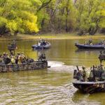 Felfegyverkezett, különleges vízi járműveket, amerikai zászlós hajókat kaptak lencsevégre a Dunán, Budapest környékén