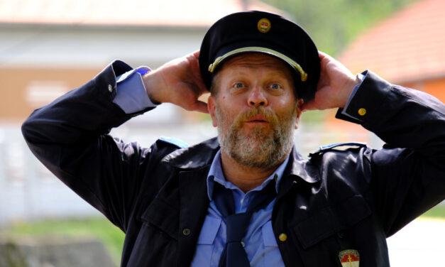 """Elege lett a rendőrségnek a pajkaszegi szabálytalankodókból: szigorúan büntetik a turistákat a """"Mi kis falunk"""" forgatási helyszínén"""