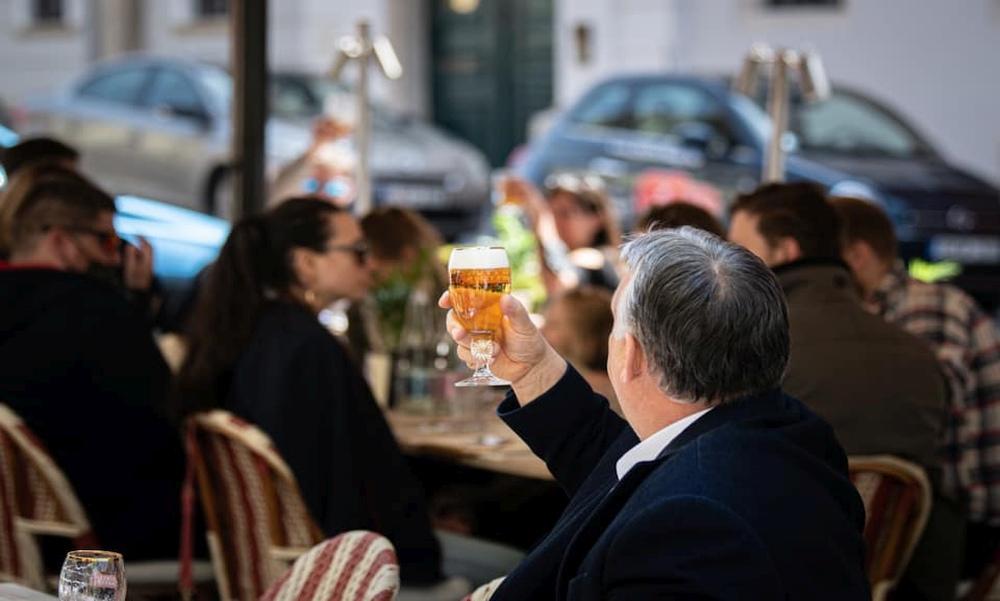 """""""Szabad a sör"""" – Orbán Viktor is kiült a teraszra egy sörre"""
