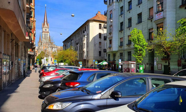 Fontos változás: Mától egy lakáshoz maximum egy parkoló épülhet, de miért? Vitézy Dávid szerint előremutató a döntés