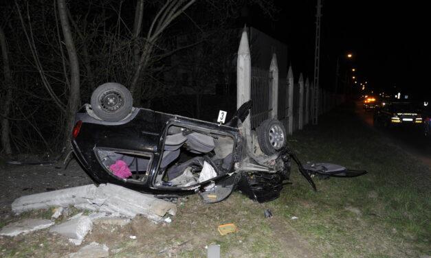 Részegen rohant kerítésbe egy autós Piliscsabán – Utasa a helyszínen meghalt, a sofőr meg akart lépni
