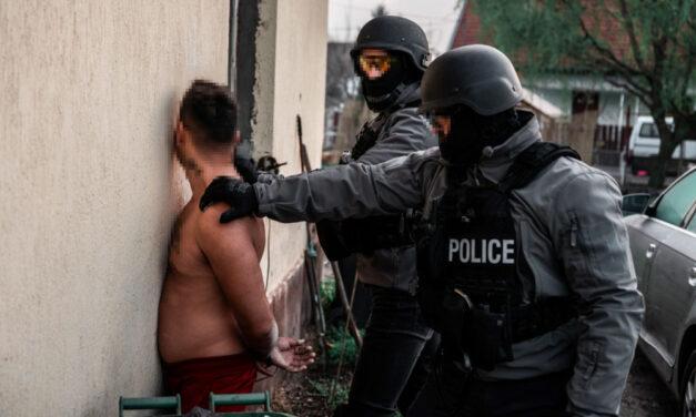 Rajtaütés a kegyetlen stricin! Elfogták a nőkkel állatként bánó családi bűnbanda minden tagját