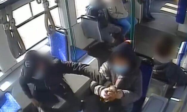 A pofátlan tolvaj a villamoson – kitépte az utasok kezéből a telefont aztán lelépett a sunyi férfi