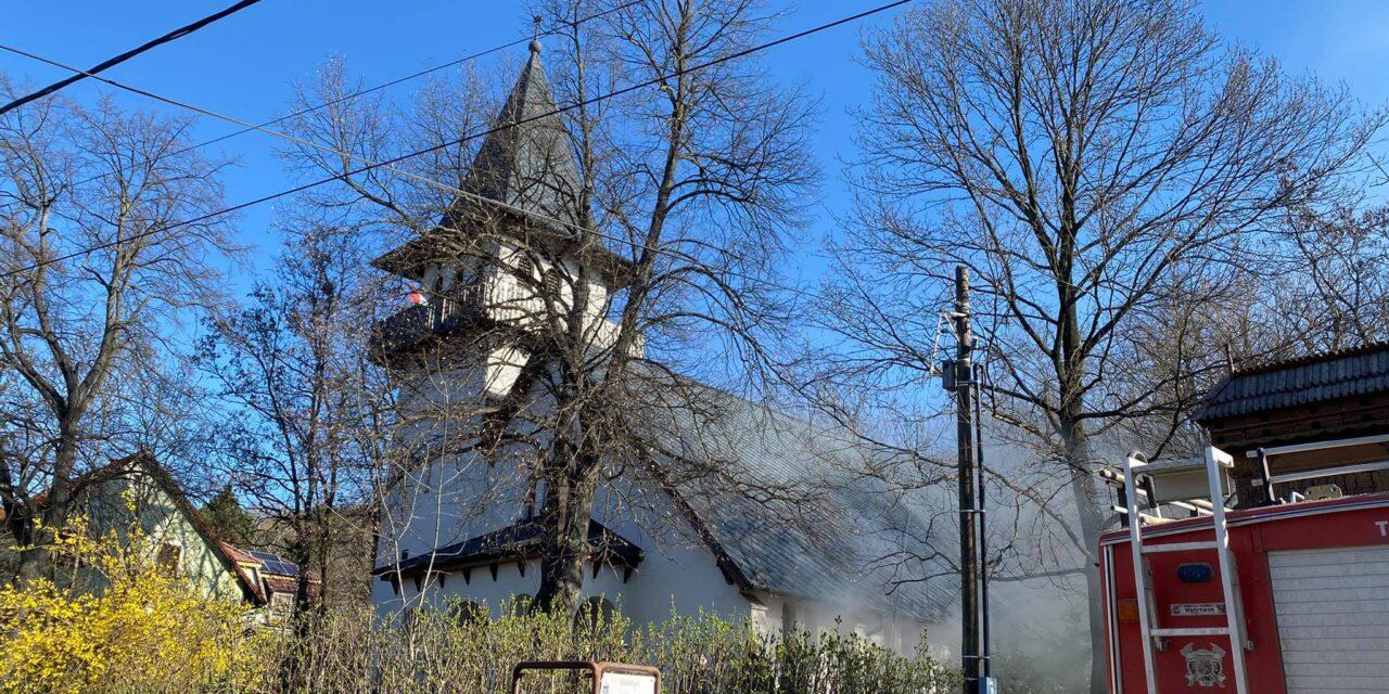 Kigyulladt a piliscsabai református templom sekrestyéje, az önkéntes tűzoltók életüket kockáztatva oltották a tüzet