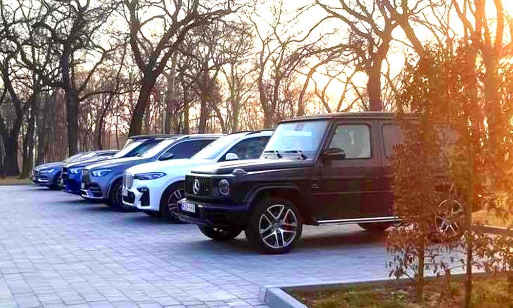 Orbán Viktor vejének turai luxusszállodájánál méregdrága autók parkolnak és egymilliós pezsgőt ihatnak a vendégek a járvány idején is