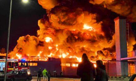 Kigyulladt a Spar Szentendrén, óriási lángokkal égett a szupermarket a HÉV-állomásnál, veszélyben volt a közeli benzinkút is