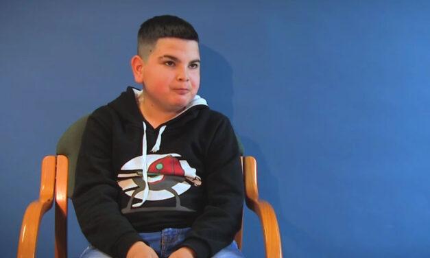 Dunaharasztira költözött anyukájával és testvéreivel az a 12 éves kisfiú, akit a rendőrök mentettek ki a nagyszülők égő házából, az idős házaspár a tűzesetben halt meg