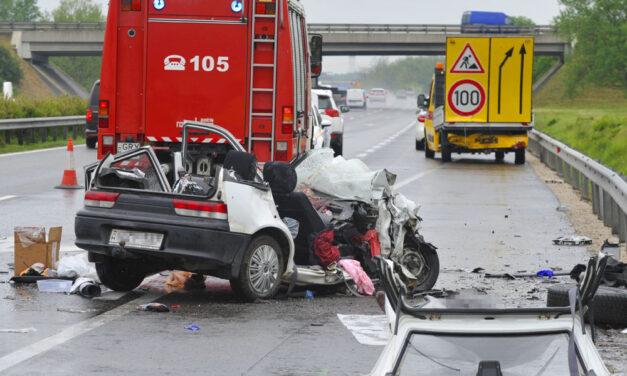 Halálos baleset az M5-ösön: közutas autóba csapódott egy személyautó, egy ember meghalt, hárman megsérültek