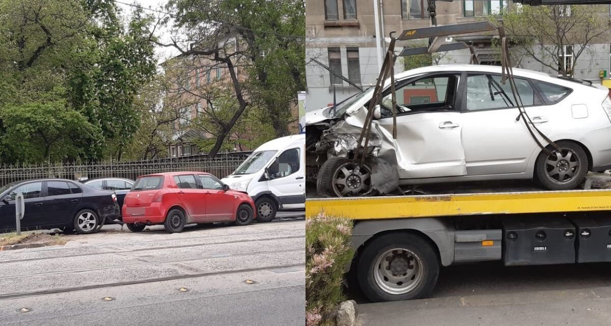 Felhajtott a járdaszigetre egy autós a Haller utca sarkán – Az autót vezető idős hölgy elvesztette az eszméletét – Nem ez volt az egyetlen baleset rövid időn belül