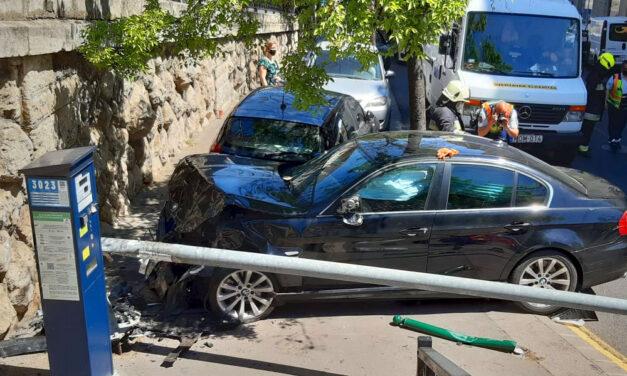 Rosszul lett egy BMW sofőrje a Margit híd közelében, a Budakeszi úton pedig egy Golf döntött ki egy oszlopot
