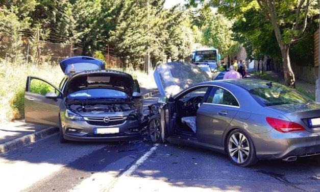 Robbantak a légzsákok, a semmiből előkerült egy Mercedes és frontálisan ütközött az Opellel, sokkot kapott a sofőr
