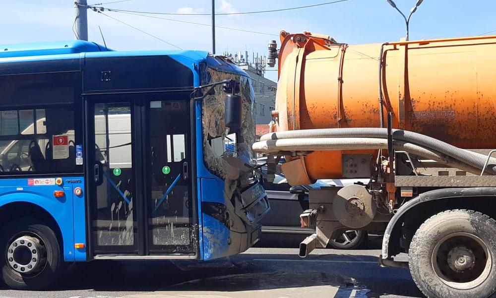 Szippantós kocsiba csapódott egy HÉV-pótlóbusz, szétfolyt az iszapos lé a helyszínen