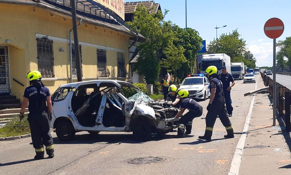 Átszakította a szalagkorlátot egy autó a Ferihegyi gyorsforgalmin, a baleset egy műanyag palack miatt történt