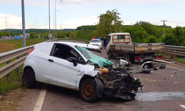 Ledarálta a Ford orrát a teherautó, feszítővágóval szedték ki a sofőrt, rengeteg vért vesztett