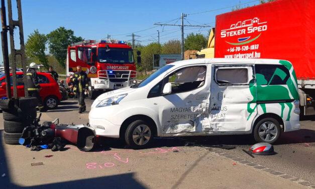 Levágták a ruhát a súlyosan sérült motorosról a mentők az utcán, miután a szeretetszolgálat autójába csapódott
