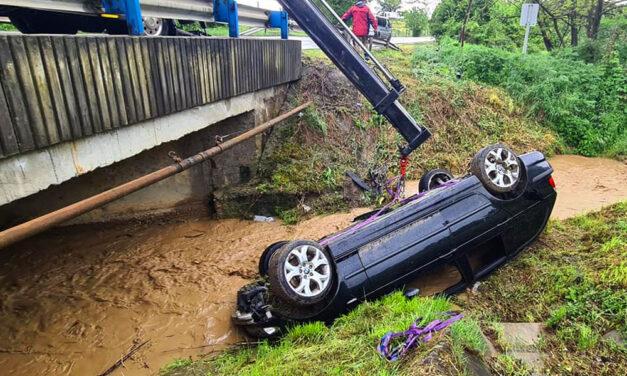 Kiugrott a vad az útra, a BMW sofőrje elkapta a kormányt, az autó pedig a megáradt patakba zuhant Budaörsnél, ki fizeti a kárt?