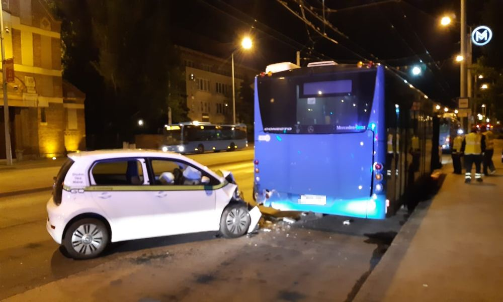 Nekirongyolt egy autómegosztós Volkswagen a Kerepesi úti végállomáson a 95-ös busz hátuljának – fotók