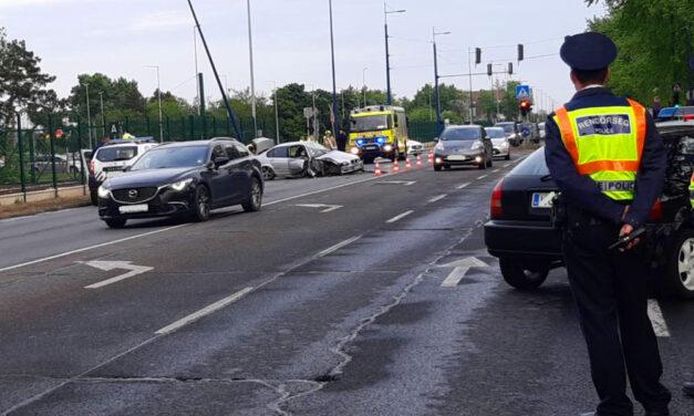 Három autó karambolozott a ferihegyi gyorsforgalmin, a reptéri tűzoltókat is riasztották