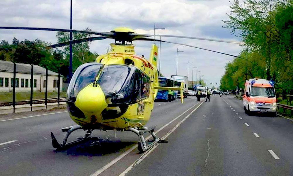 Mentőhelikopter szállt le a ferihegyi gyorsforgalmin, a reptéri mentőket is riasztották a súlyos balesethez
