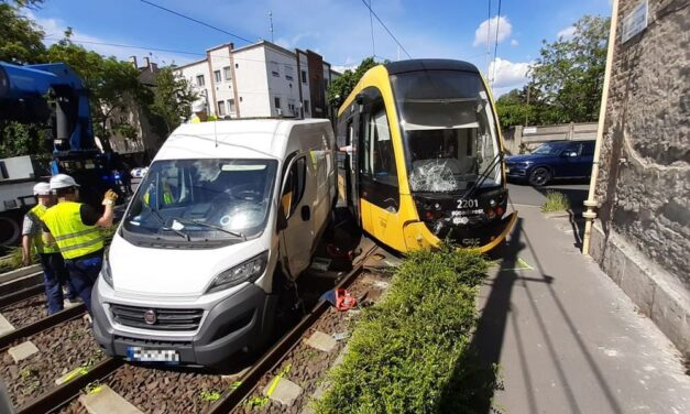 Kisiklott a villamos: furgon hajtott bele a 3-as villamosba Budapesten, a Horog utcában – fotók
