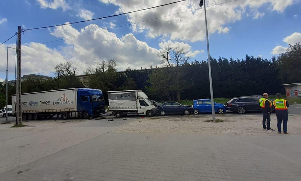 Tömegkarambol történt a Bécsi úton: öt autó ütközött össze egy szerencsétlen fékezés miatt